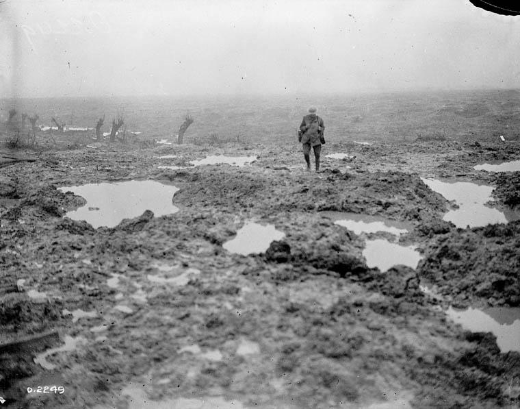 (soldat canadien traversant un champs de bataille pendant la première guerre mondiale )