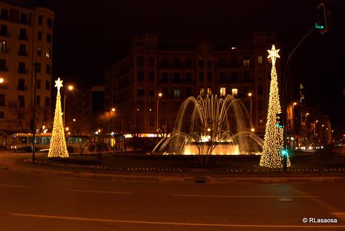 La plaza Príncipe de Viana de noche, con iluminación navideña
