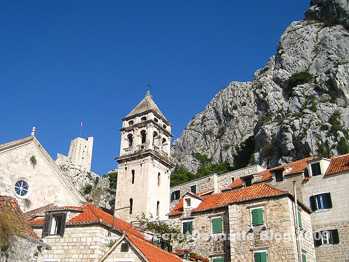 The historic center with view of Mirabella fortress