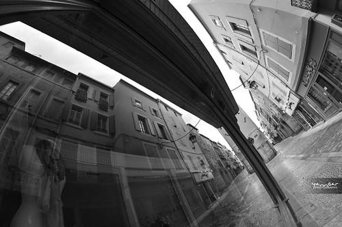 Reflet dans la rue droite by YannGarPhoto.wordpress.com