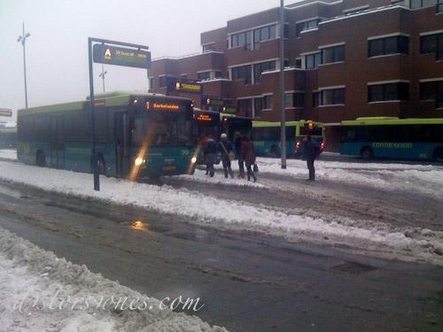 La estación de autobuses de Hilversum en el hielo