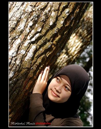lekuk-lekuk kulit pohon yang menua dengan warna coklat kemerahan, menarik untuk di eksplore