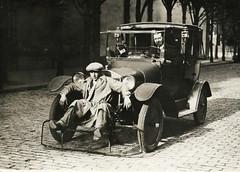 Auto met koeienvanger voor voetgangers / Car w...