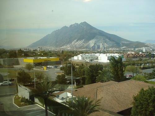 As mitras vistas da janela do consulado do Canadá em Monterrey.