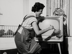 TV stoffen met plumeau / Dusting the televisio...