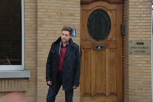 """Tom voor de deur van zijn tijdelijk """"logement"""""""
