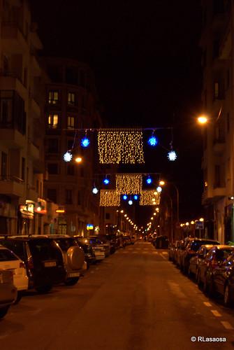 Vista nocturna de la calle Francisco Bergamín con iluminación navideña