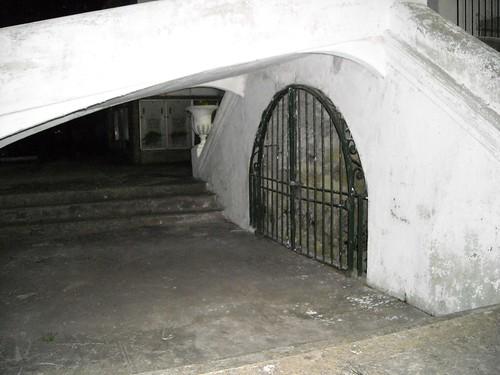 En la colonia se acostumbraba hacer muchos túneles, hay muchos pasajes subterráneos. Por lo general eran vías de escape, o a veces simples pasajes. Hoy están todos tapiados, tanto lo de Ciudad Vieja como el resto. Este es uno de los que hay en el Cementerio