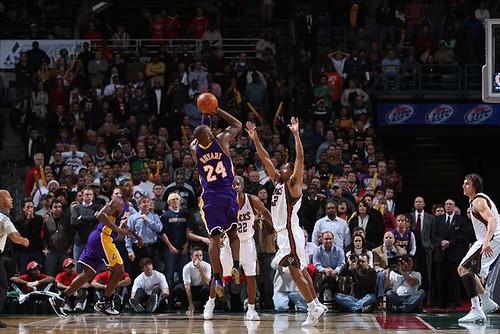 Canasta definitiva de Kobe ante los Bucks