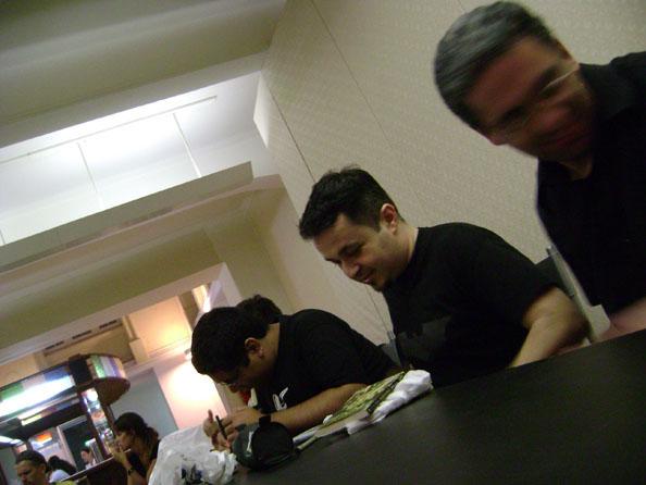 Samir Machado, eu e Jader Corrêa iniciando sessão de autógrafos.