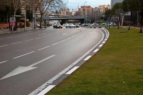 Césped, flechas y asfalto