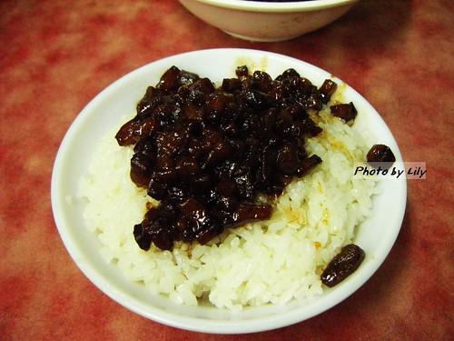 小王清湯瓜仔肉的滷肉飯,20塊錢一碗的。