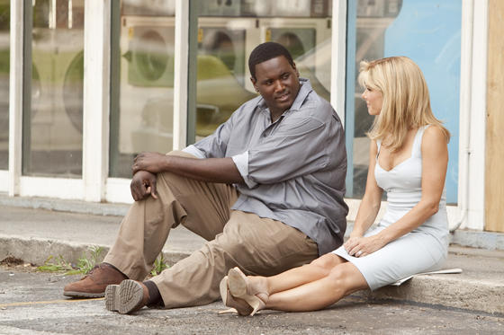 劇中的Leigh Anne與Michael在洗衣店外談話。