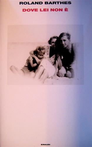 Roland Barthes, Dove lei non è, Einaudi 2010; alla sovracoperta: [Biscarosse, Landes, Roland Barthes, sua madre, suo fratello (dati da: Barthes di Roland Barthes, Einaudi 1980] © Archives Roland Barthes (part.), 1