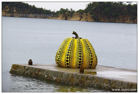 [2013日本四國]直島遇見紅&黃南瓜雕塑~草間彌生大型作品(已送出明信片) @VIVIYU小世界
