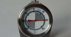 """Das Thermometer. Die Thermometer. Dieses runde Thermometer zeigt 21 Grad Celsius an. Das ist eine sehr angenehme Temperatur. • <a style=""""font-size:0.8em;"""" href=""""http://www.flickr.com/photos/42554185@N00/33804177792/"""" target=""""_blank"""">View on Flickr</a>"""