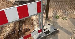 "Die Absperrung. Die Absperrungen. Diese Absperrung soll verhindern, dass jemand in das Loch fällt. • <a style=""font-size:0.8em;"" href=""http://www.flickr.com/photos/42554185@N00/32685559001/"" target=""_blank"">View on Flickr</a>"