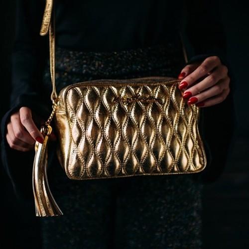 Esta bolsa é linda em todas as cores , mas vamos combinar que no dourado ela é ma-ra-vi-lho-sa
