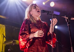 """Austra - Sala Apolo, abril 2017 - 5 - M63C1714 • <a style=""""font-size:0.8em;"""" href=""""http://www.flickr.com/photos/10290099@N07/33992334865/"""" target=""""_blank"""">View on Flickr</a>"""
