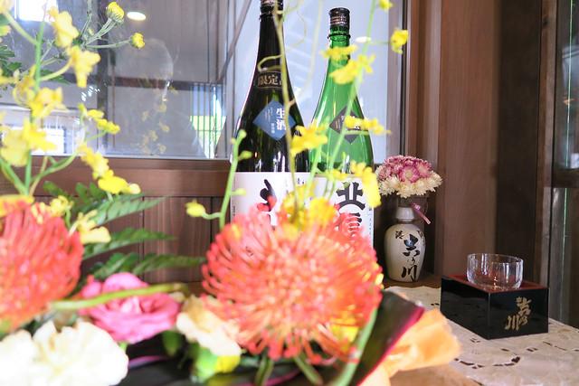日本酒と花