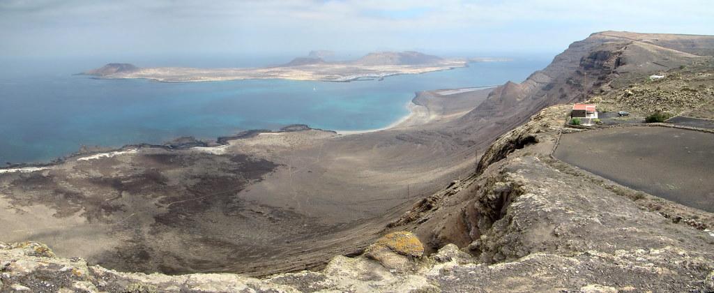 Vista de La isla de la Graciosa Playa Famara senderismo Guinate Ye Lanzarote 06