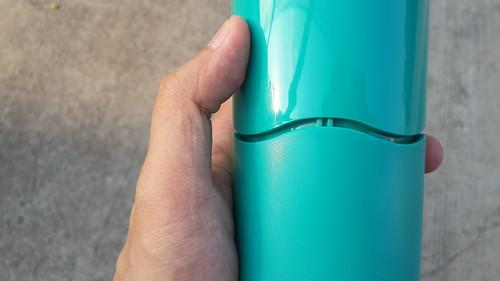 ตัวแก้วแบ่งออกเป็นสองส่วน ถ้าจับที่ด้านบนจะสามารถยกแก้วขึ้นได้สบายๆ