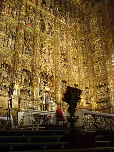 rétable gothique doré dans la cathédrale de Séville