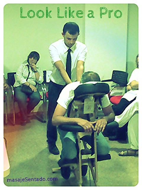 apariencia masajista profesional ;) antonReina realizando una demostración de masaje sentado amma en Cartagena