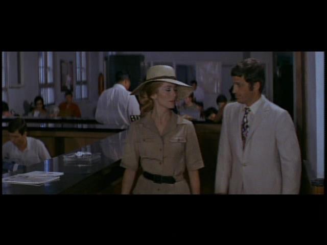 サファリ・ルックのカトリーヌ・ドヌーヴ。フランソワ・トリュフォー監督の映画「暗くなるまでこの恋を」より。 (c) 1969 Les Films du Carrosse.