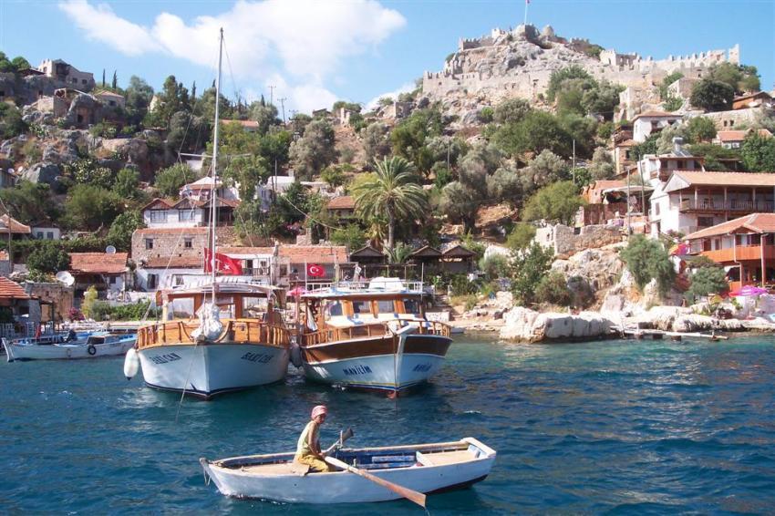 Castillo a lo alto de la montaña custodiando el pueblo pesquero de Simena Kekova, la ciudad sumergida del Mediterráneo - 2513561748 45696217a5 o - Kekova, la ciudad sumergida del Mediterráneo