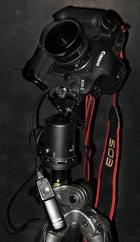 Fisheye objectief op een digitale camera, en een draadontspanner. Ideaal voor vallende sterren