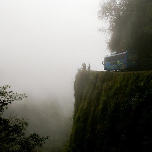 Una carretera peligrosa cubierta por la niebla en Bolivia