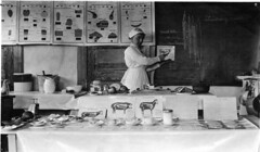 Foto de una clase sobre carne, en Cherry Valley, NY, 1915 (The instructor is Miriam Birdseye)