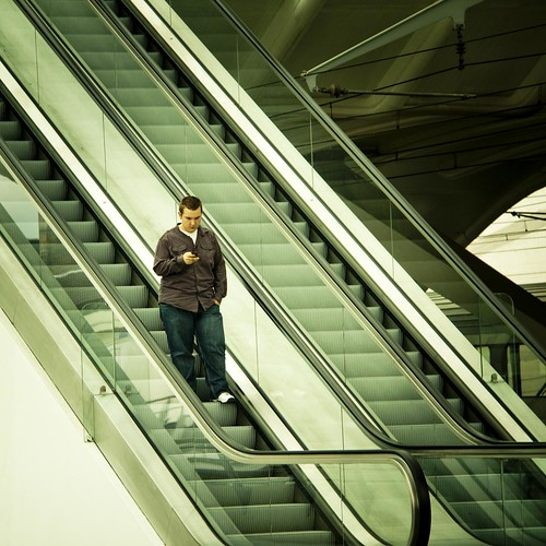 Romance in the Stairs (The Boy with the phone, Liège-Guillemins) - Photo : Gilderic