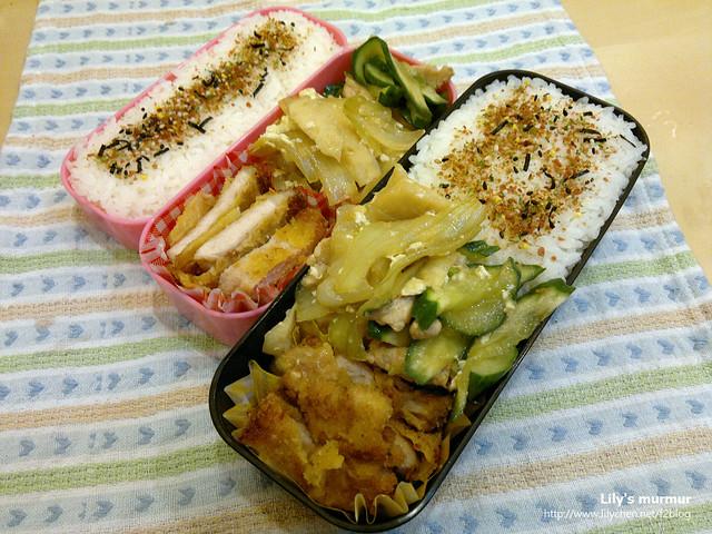 主菜是炸豬排,配菜是肉絲小黃瓜及洋蔥炒蛋,還在飯上放了香鬆增味。
