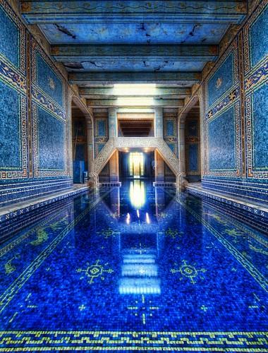 Luxeuse piscine intérieure avec marbre et mosaiques bleus à Hearst Castle, Californie