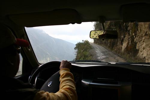 Un coche 4x4 recorriendo la peligrosa carretera de Las Yungas, en Bolivia