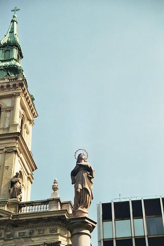 Vierge dans le ciel de Budapest