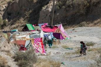 We vervolgden onze weg naar Choedzjand, waarbij we voor het eerst een tentenkamp tegenkwamen.