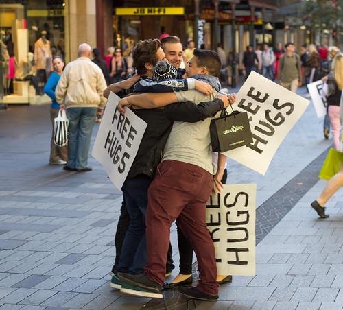 Abrazos gratuitos es lo que necesitamos - CC Image cortesía de M Hooper en Flickr