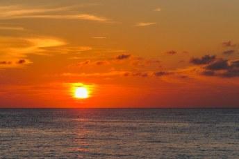 Verveelt nooit zo'n zonsondergang vanaf een tropisch strand.