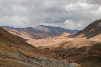 Vlak nadat we de hoogste bergpas waren gepasseerd op ruim 4600 meter hadden we dit prachtige uitzicht.