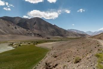 Het blijft frappant om te zien dat zo'n riviertje een groen spoor door het landschap trekt.