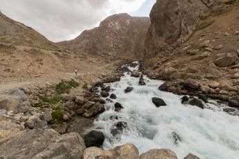 Langs de meren en de stroomversnellingen die de meren verbinden.