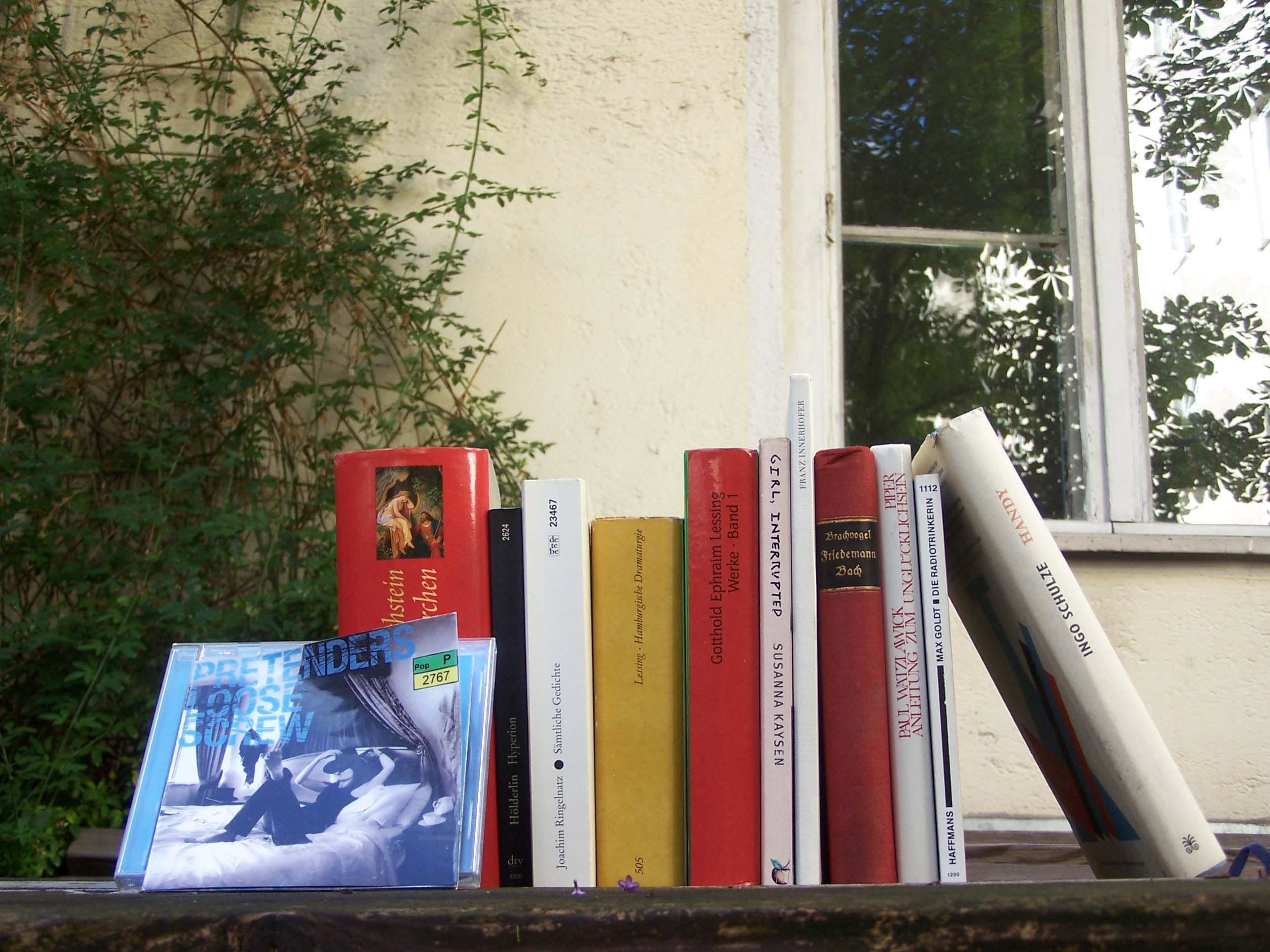 Bücherstapel. Alles muss raus