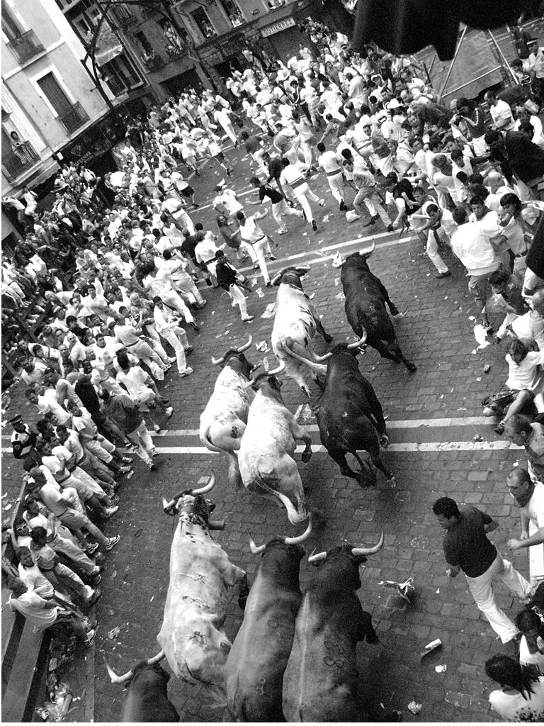 Aspecto de las calles de Pamplona durante un encierro. Autor, Baltasar García