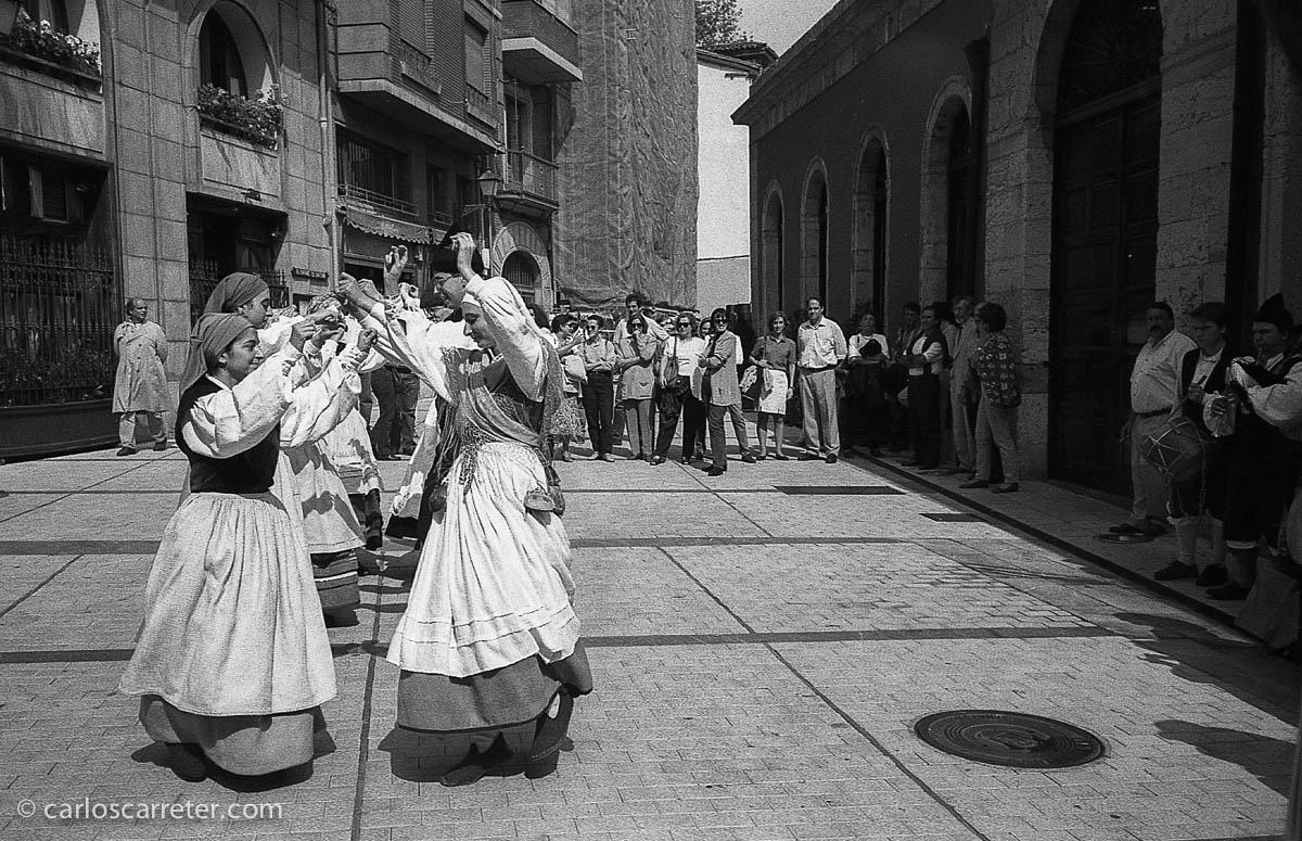 Bailes regionales en la plaza Trascorrales