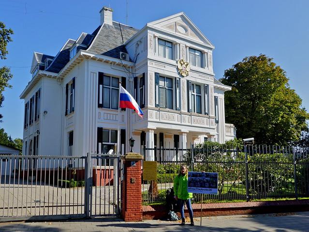 Solidariteitsactie Greenpeace bij Russische ambassade. Foto door Roel Wijnants, op Flickr