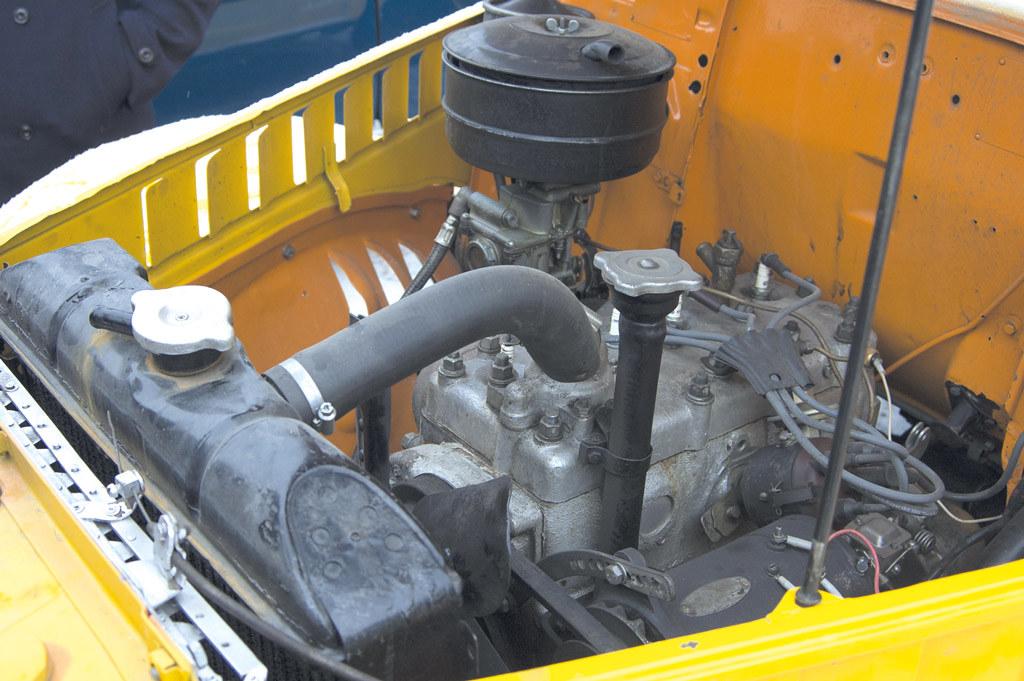 В моторном отсеке отреставрированного автомобиля родной двигатель
