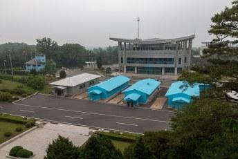 Toentertijd gingen we met de groep nog het blauwe gebouwtje hier rechts op de foto in. Nu mocht dat niet.